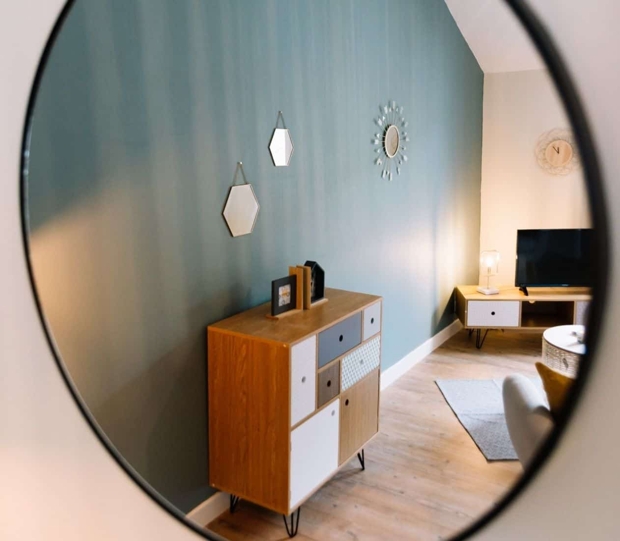 11-easy-effective-ways-maximise-space-home-office-9-use-the-mirror-illusion-